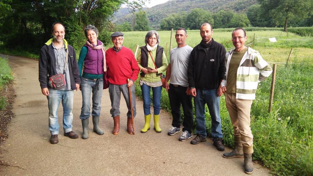 El Profesor Pinheiro Machado (de rojo), Ana Digón e Hilario Vico de la Asociación de Agricultura Regenerativa y el equipo de Planeses durante una visita-consultoría realizada en Mayo del 2018 para revisar el PRV de la finca.